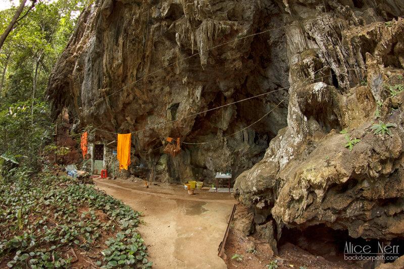 монашеская келья в скале tiger temple krabi