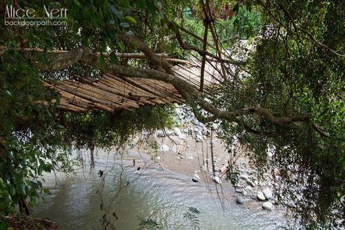 деревянный мост на острове Флорес, Индонезия