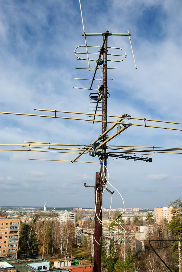 антенны на крыше смотрят на старую башню