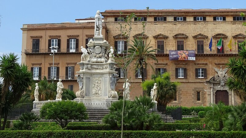 Палермо. Площадь  Парламента. Памятник Филиппу V.JPG