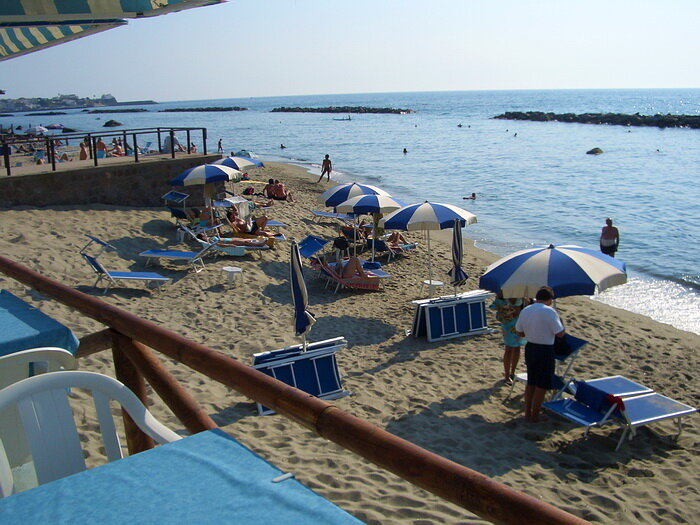 М-о-р-е. Голубое, чистое, волны бьются о песчаный берег