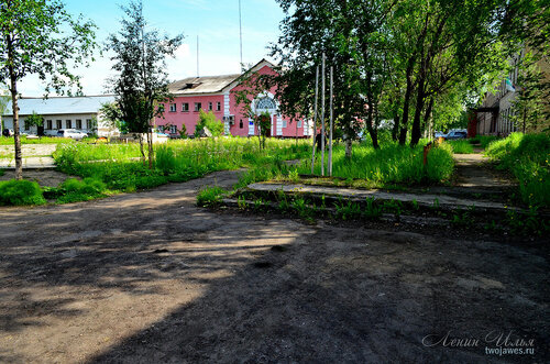 Фото города Инта №7806  Северо-западный угол Кулешова 10 (здание полиции), вид от северо-западного угла Кирова 9 21.06.2015_14:13