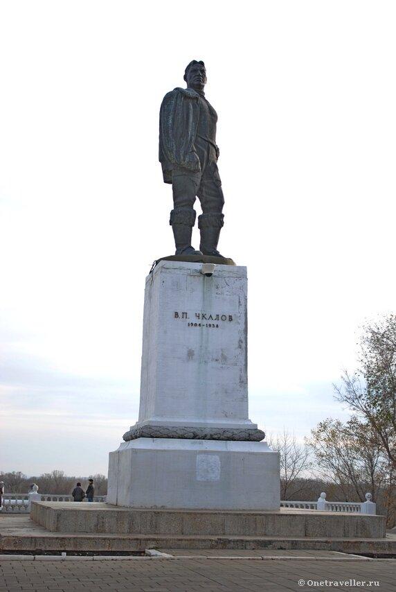 Памятник легендарному летчику СССР В.П. Чкалову