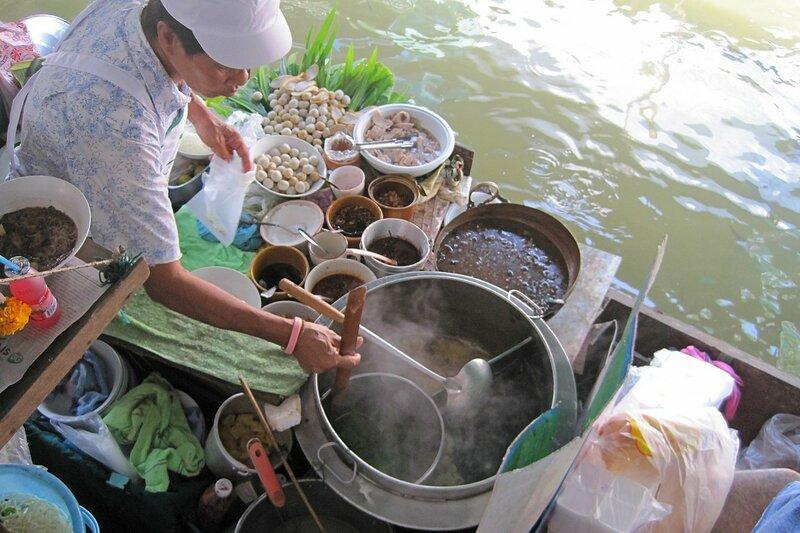 Разнообразная тайская еда, приготовленная и продаваемая с лодки на плавучем рынке Талинг Чан, Бангкок