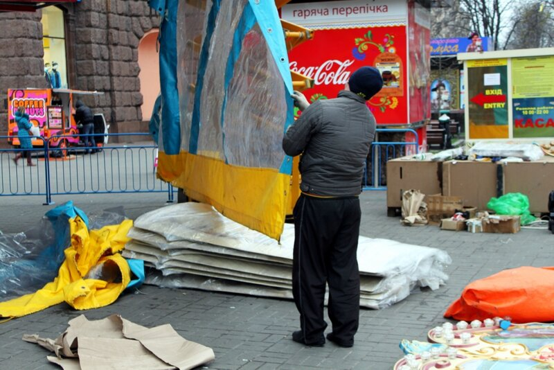 Рабочие монтируют карусель на Крещатике