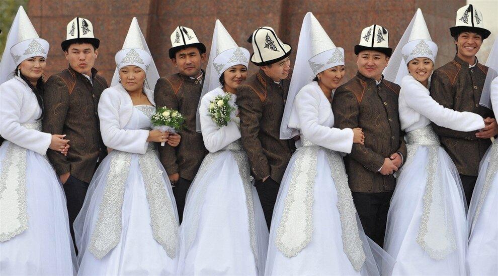 Молодожены позируют для фото, Бишкек, Кыргызстан