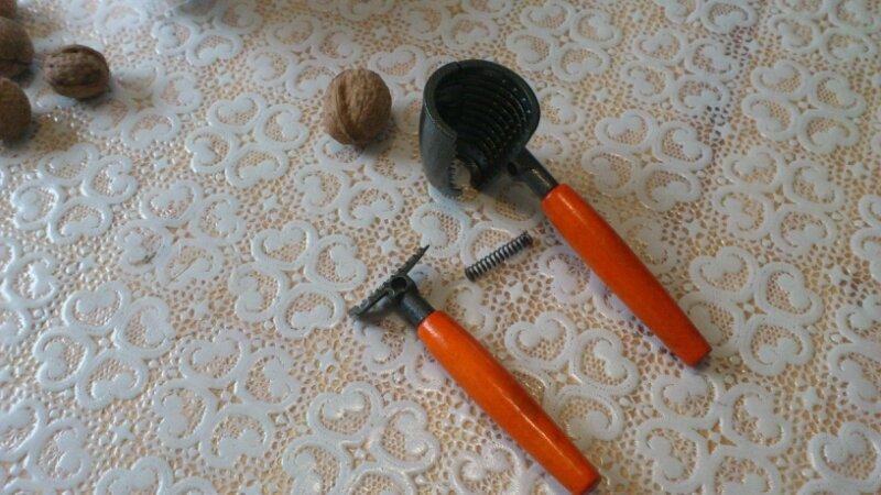 Орехокол или щелкунчик для грецких орехов сломался