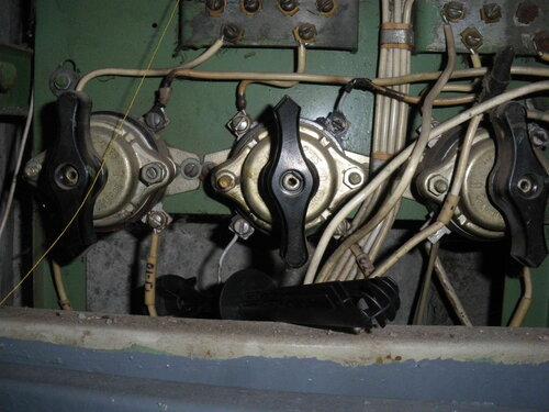 Фото 1. Пакетный выключатель квартиры, расположенный в этажном щите, вышел из строя.