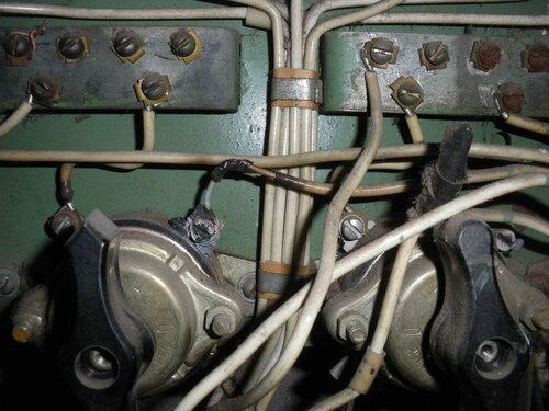 Фото 4. Систематический перегрев контактов пакетного выключателя привёл к оплавлению изоляции проводов - как собственных проводов пакетника, так и транзитных. Крупный план.