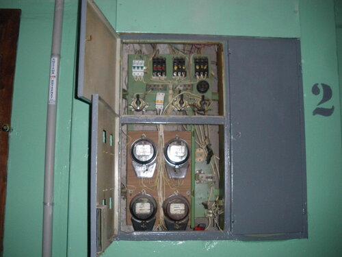 Фото 14. Этажный щит. Общий вид щита в процессе установки двухполюсного автомата взамен сгоревшего пакетного выключателя.