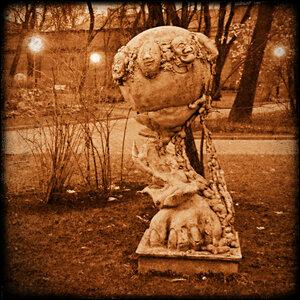 Скульптура в Измйловском саду.