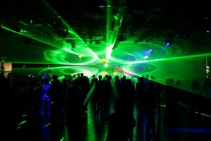 Вход в ночной клуб разрешён только с родителями