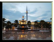 Малайзия. Куала-Лумпур. Национальная мечеть. Фото davincidig - Depositphotos