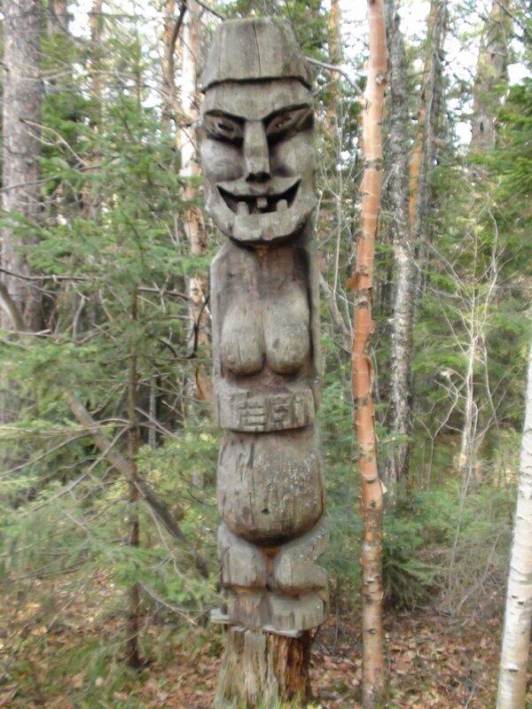 Скульптура в лесу