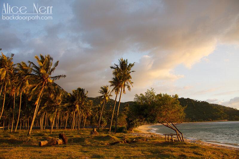 закат на острове Ломбок, пальмы и море на закате
