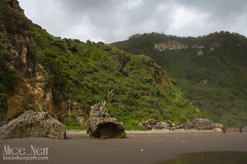 пляж с черным песком