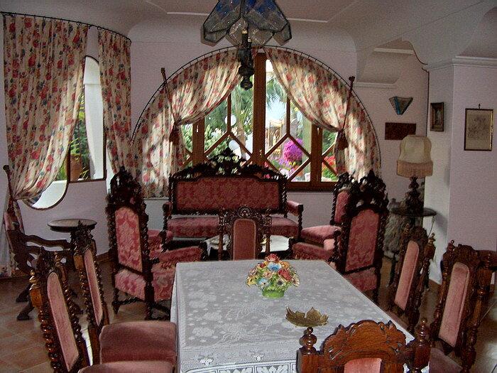 В фойе резные кресла и диваны, лампы, почти дворцовая обстановка.