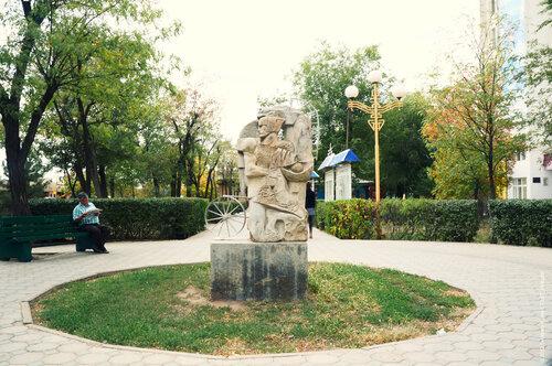Памятник на алее в Элисте