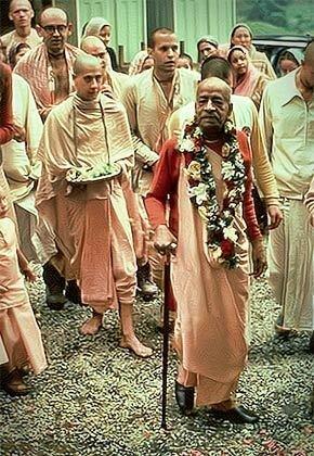 Его Святейшество Шрила Радханатха Свами Махарадж и Шрила Прабхупада с учениками