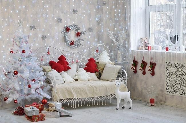 Прогуливаясь вканун Нового года, начинаешь замечать украшения наокнах: снежинки избумаги, гирлянд