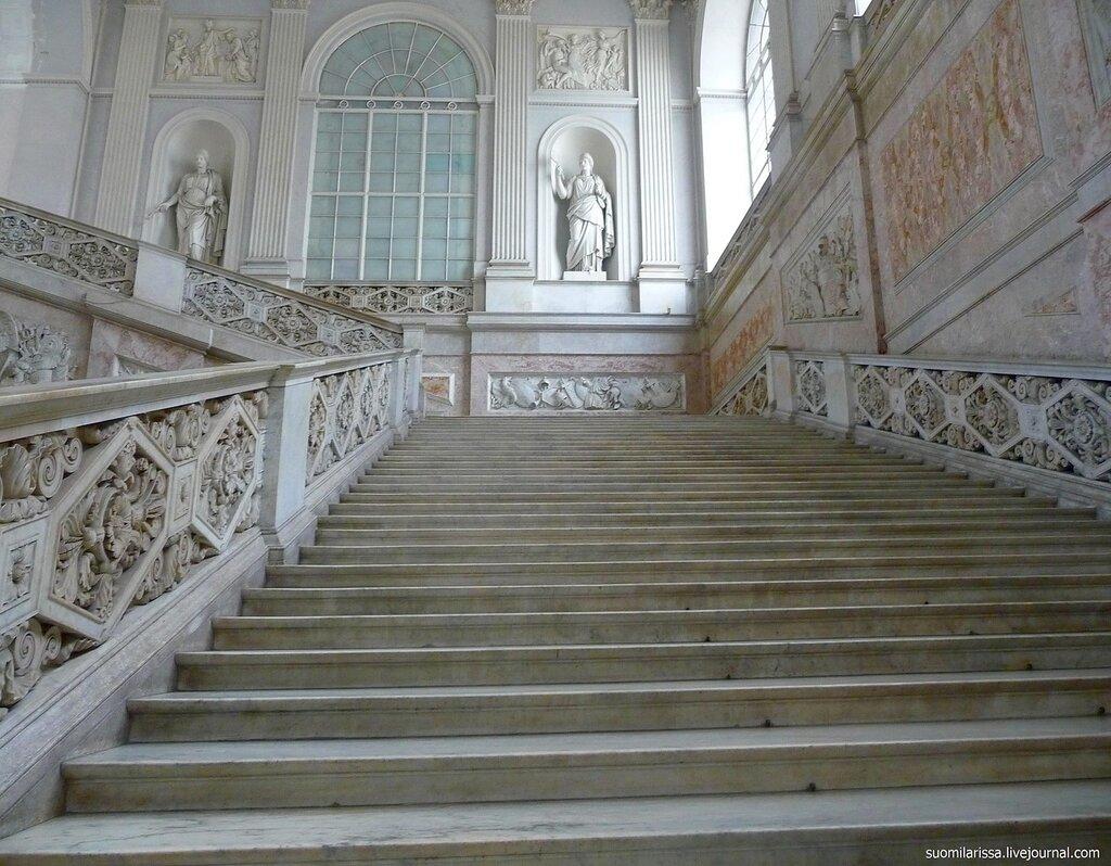 Scalone Monumentale - парадная лестница Королевского дворца.