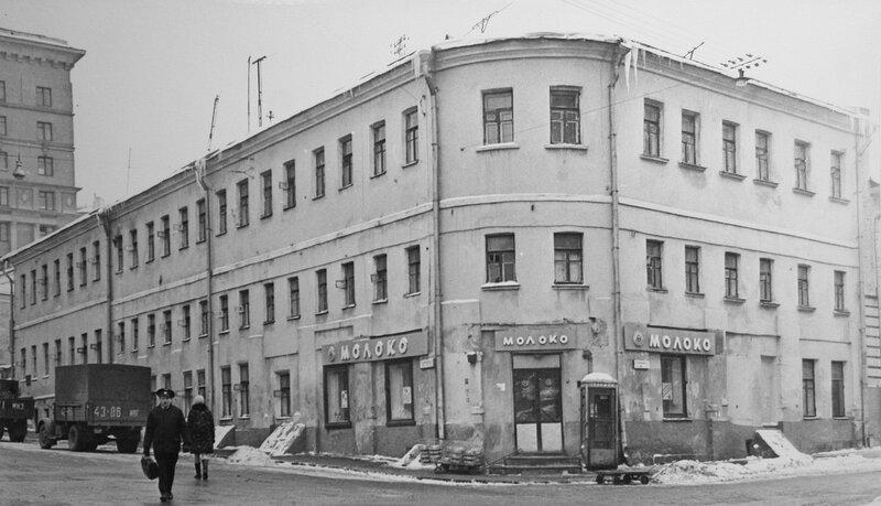 Молочный магазин на площади Максима Горького в конце 1960-х годов