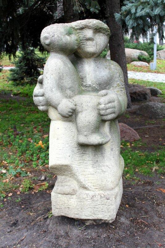 скульптура мать с ребенком