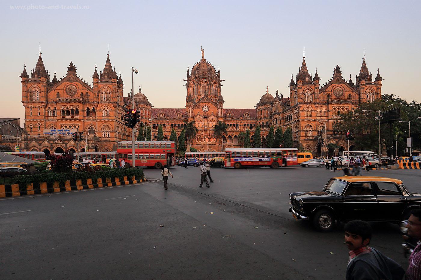 24. Фотография железнодрожного вокзала Чхатрапати Шиваджи в Мумбаи. Незабываемые приключения в Индии (1/20, EV=-1, F/7.1, ФР=19мм, ИСО 250)