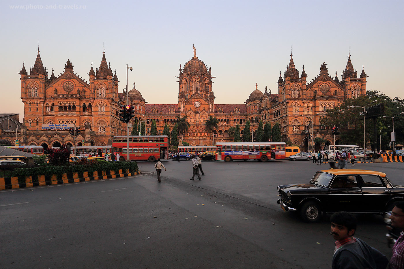 24. Фотография железнодрожного вокзала Чхатрапати Шиваджи в Мумбаи. (1/20, EV=-1, F/7.1, ФР=19мм, ИСО 250)