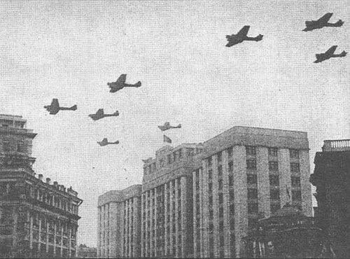 Р-6 (АНТ-7) в парадном строю идут на Красную площадь, 7 ноября 1936 г.