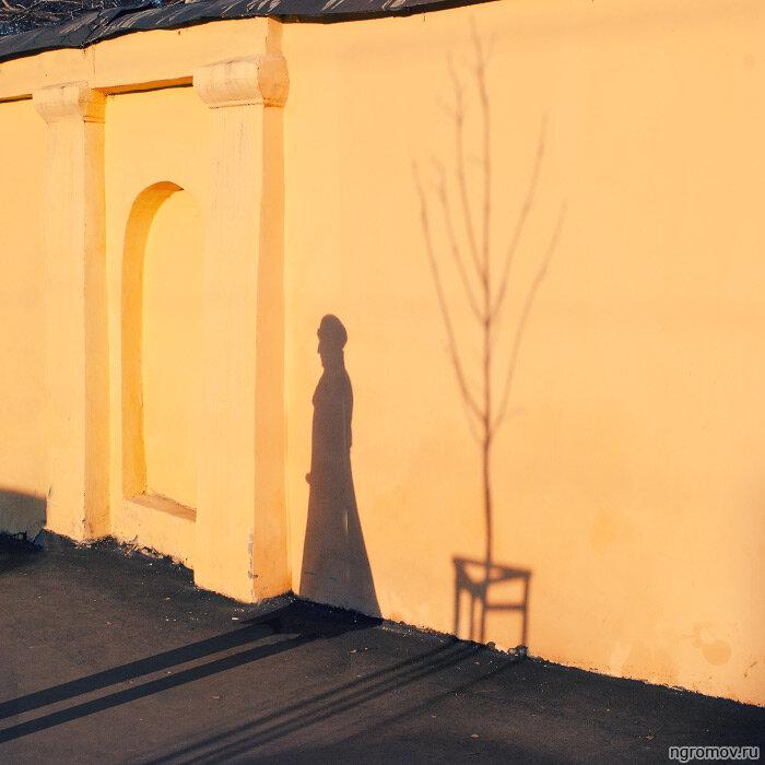 Гоголевское (силуэт, стена, тень)
