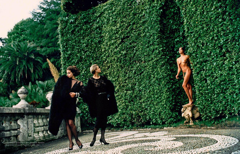 модели Клаудия Хьюидобро и Анна Джонссон, на постаменте - Бриджит Нельсон / Brigitte Nielsen, фотограф Helmut Newton / Эротика в Vogue, Россия спецвыпуск ноябрь 2012
