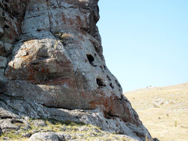 Выемки в скале