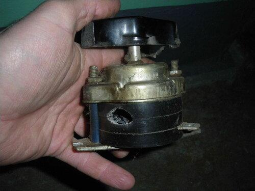 Фото 10. Дефект корпуса демонтированного пакетного выключателя, появившийся вследствие выгорания контакта.