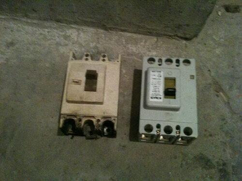 Фото 4. Трёхполюсные автоматические выключатели (номинал - 250 А). Слева - старый неисправный автомат, справа - только что купленный в магазине новый.