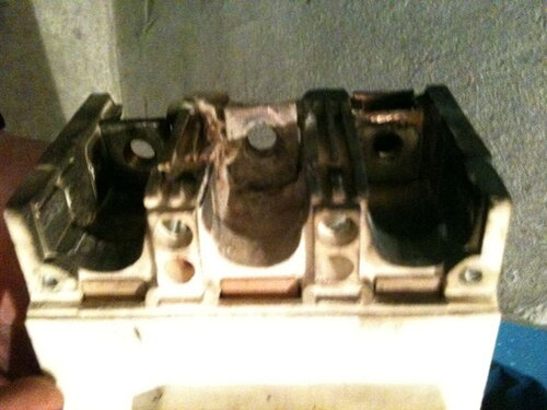 Фото 2. Подгорание контактов трёхполюсного автоматического выключателя.