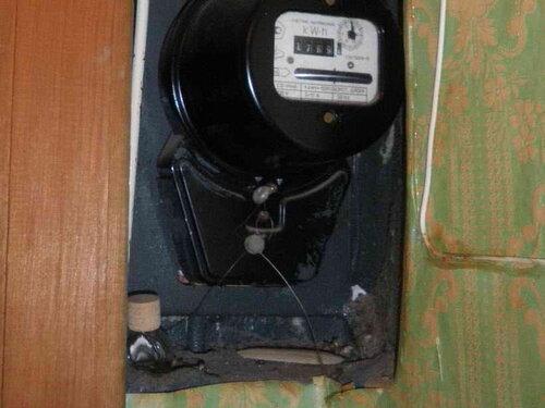 Фото 6. Нижняя часть ниши квартирного щита. Форма ниши такова, что квартирный щит фактически утоплен в угол. Корпус электросчётчика едва не касается стены, перпендикулярной плоскости квартирного щита.