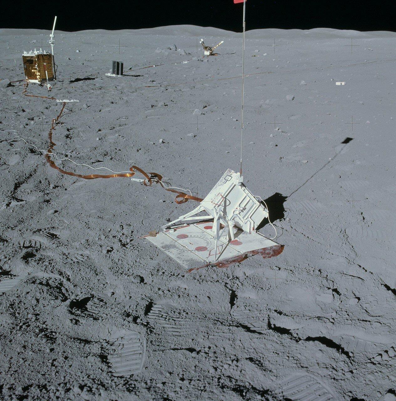 Когда Янг начал размещать миномёт для активного сейсмического эксперимента, он случайно задел ногой один из кабелей и оборвал его у самого основания. Прибор для изучения тепловых потоков в лунном грунте вышел из строя. На снимке: миномет