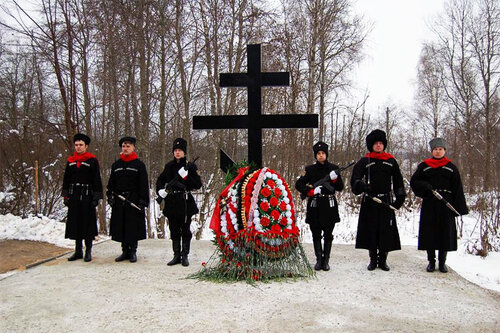 Поклонный крест у деревни Федюково.