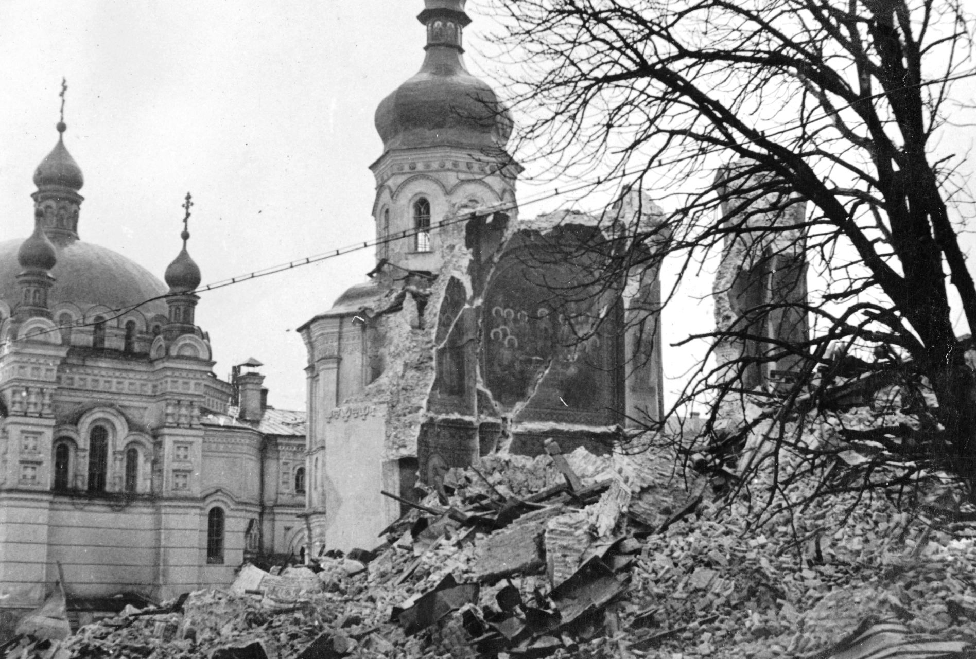 Руины взорванного Успенского собора в Киево-Печерской лавре.