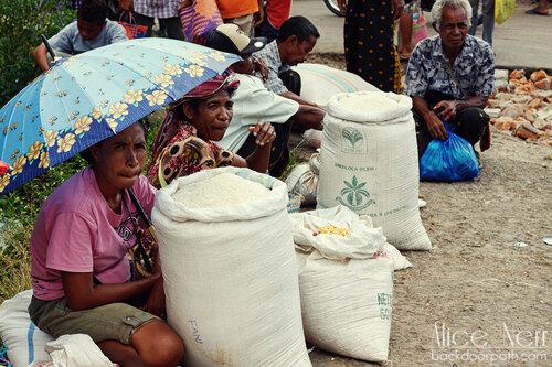 веселые торговки рисом на индонезийском рынке