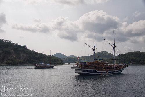 кораблики рядом с Лабуан Баджо, остров Флорес, Индонезия