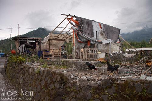 дом жителя города, разрушенного извержением вулкана Мерапи