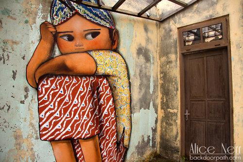 рисунки на стенах города, разрушенного извержением вулкана Мерапи