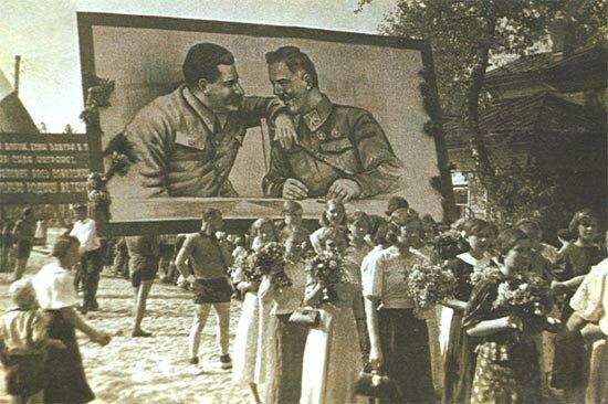 Первомайская демонстрация 1938 года в Вологде. На транспаранте – И. В. Сталин и К. Е. Ворошилов.