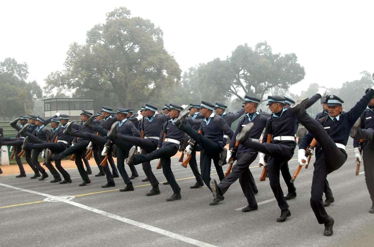 Пусть неумело, но зато как стараются: Индийские полицейские готовятся к параду