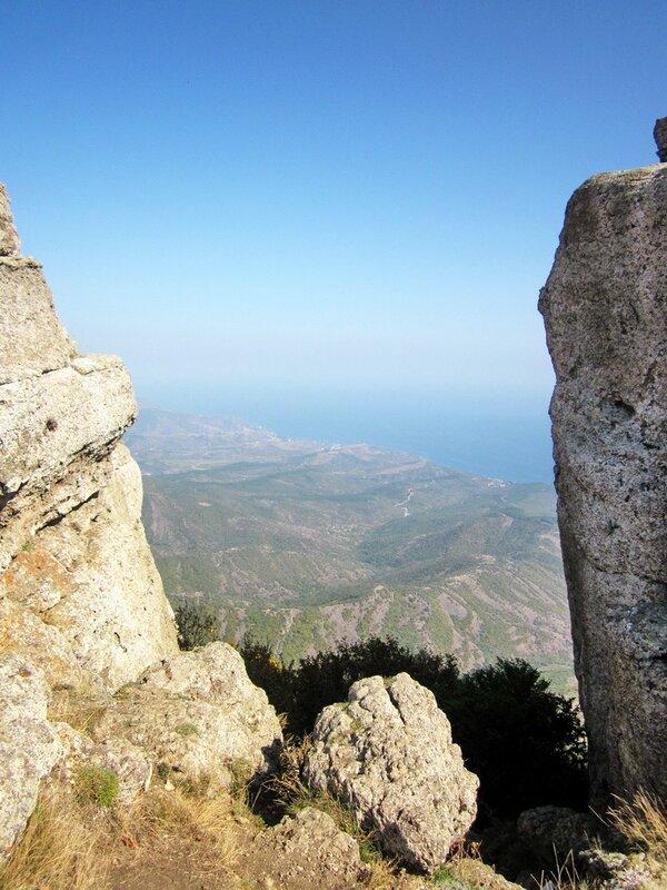Вид между скал на долину