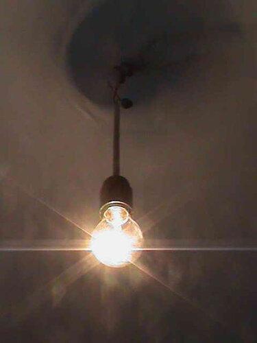Фото 19. Временная точка освещения функционирует вместо неисправного кухонного подвеса.