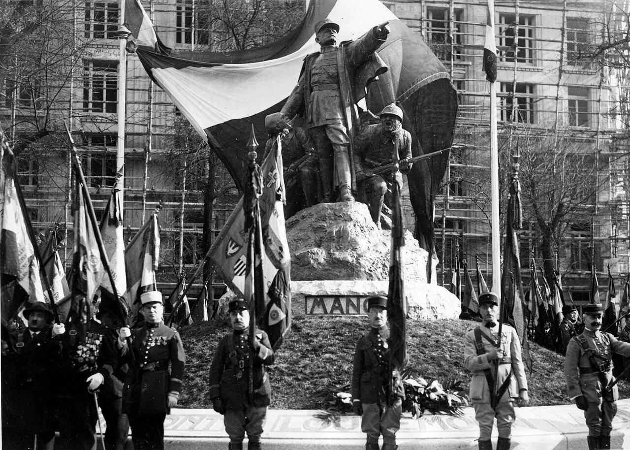 1932. Площадь Кошен Дени. Памятник Манжену