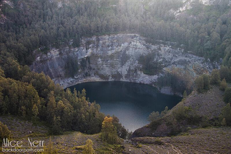 черное озеро Старых на рассвете, озера Келимуту, Флорес, Индонезия